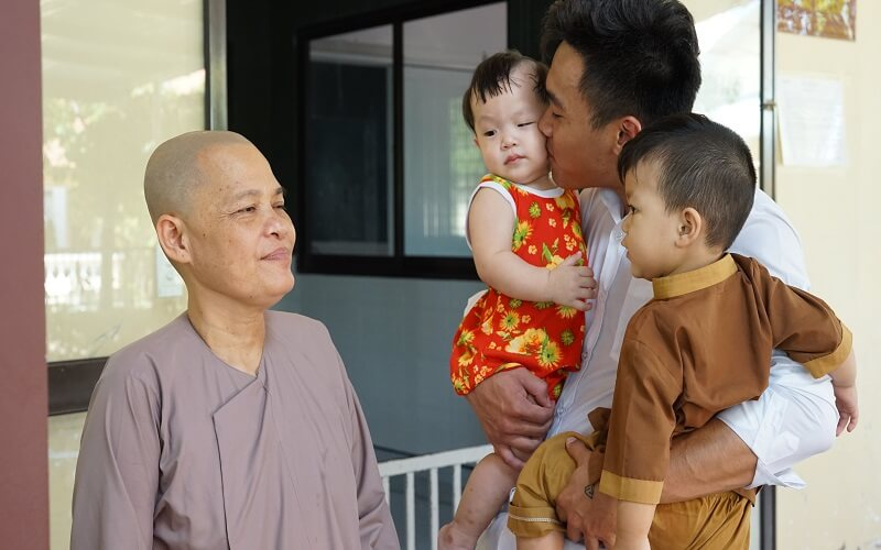 Viện thẩm mỹ DIVA trao quà trung thu đến các em mồ côi tại chùa Pháp Tánh 3
